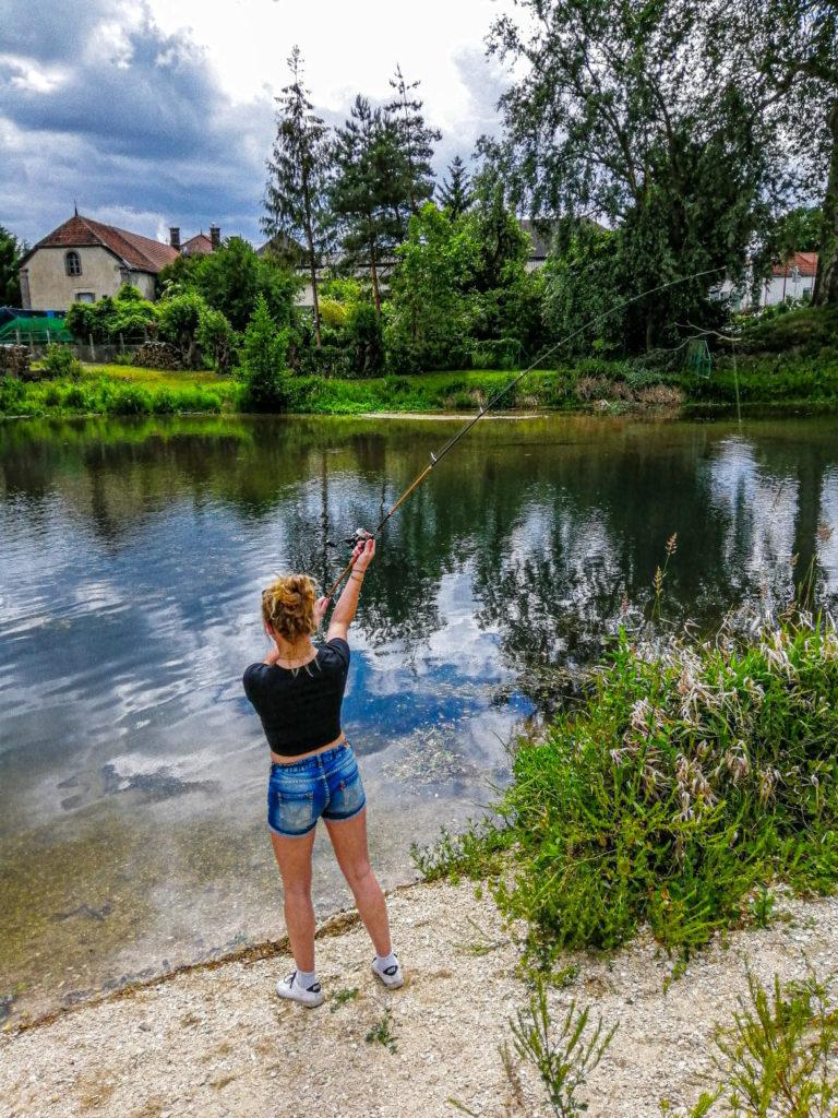 Femme qui pêche en street fishing