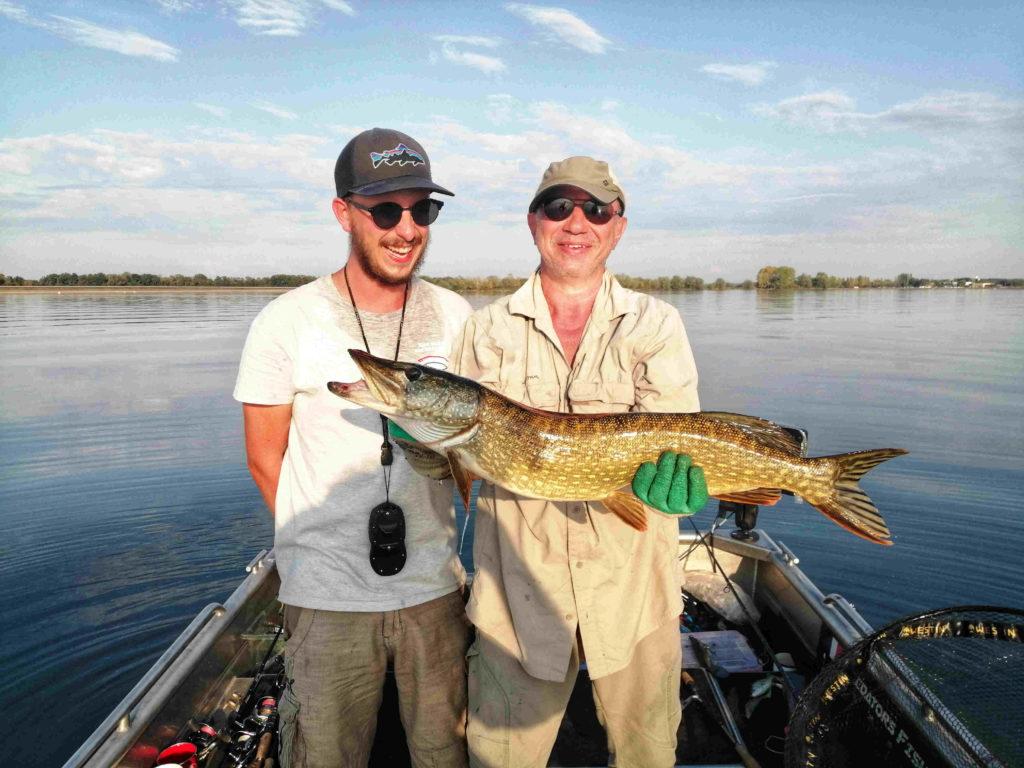 Un beau brochet pris par un client lors d'une guidage pêche sur les lacs de la Foret d'Orient