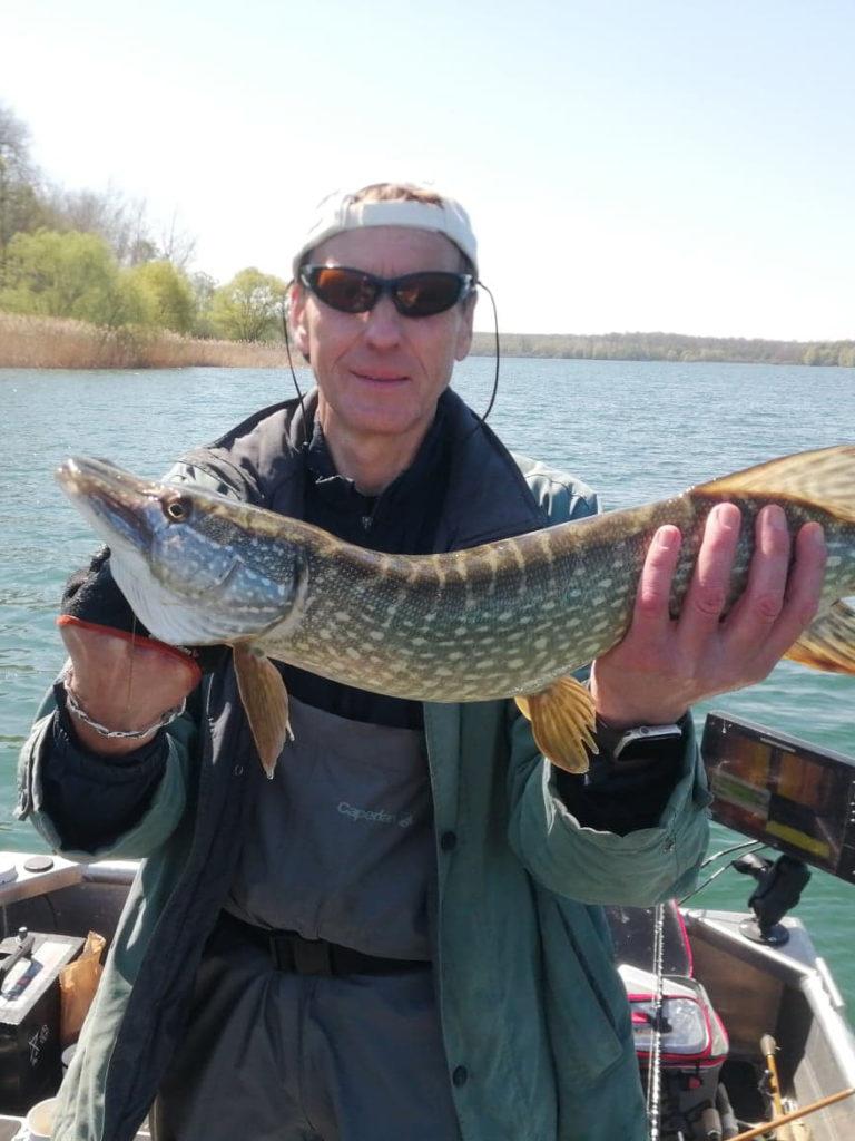 Un client avec son brochet apres une ouverture de la pêche sur le lac du temple